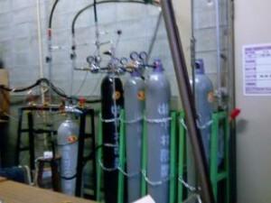 tong-tong gas oksigen, hidrogen, argon dan ethylene yang separas ketinggian saya